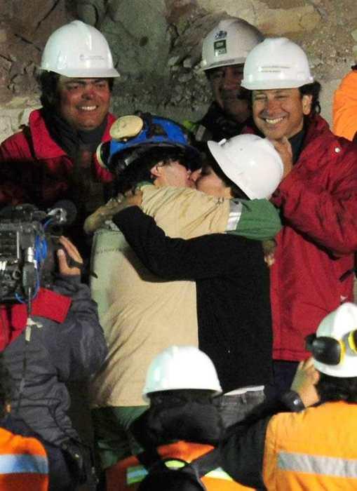 Осман Арайя целует жену Анжелику. / Фото: www.magspace.ru