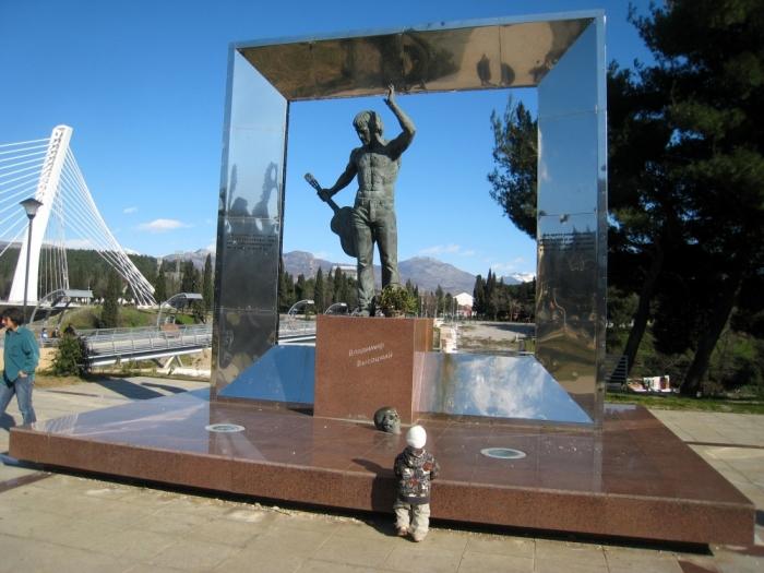Памятник Владимиру Высоцкому в Черногории. / Фото: www.geo-photo.ru