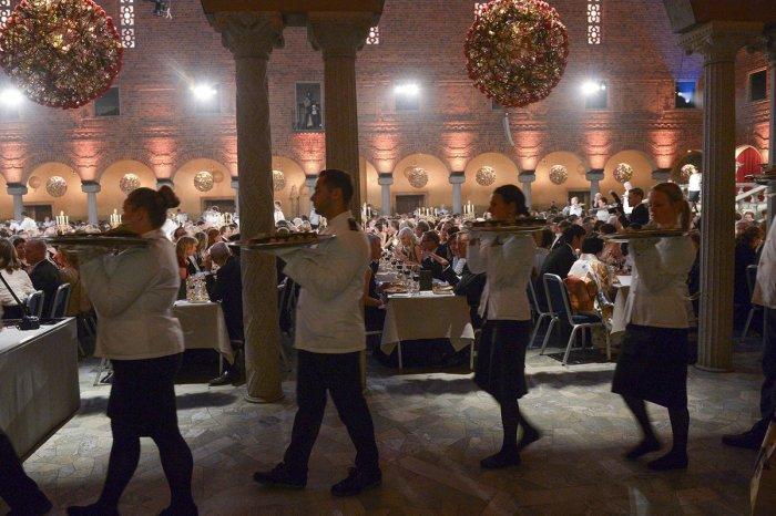 Официанты не имеют права на ошибку. / Фото: www.twimg.com