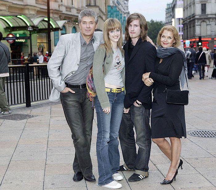 Ирина Алферова с мужем Сергеем Мартыновым, дочерью Анастасией и сыном Сергеем. / Фото: www.7days.ru