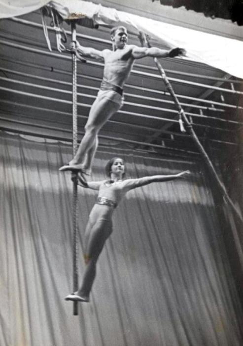 Валентин Дикуль с партнершей на бамбуке. / Фото: www.ruscircus.ru