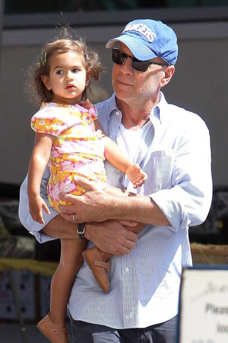 Брюс Уиллис с малышкой Эвелин. / Фото: www.blognews.am