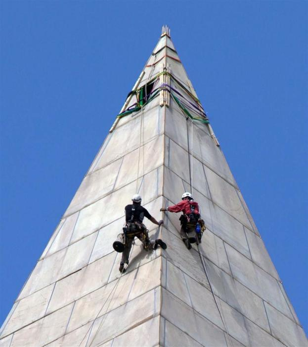 Альпинисты на вершине монумента. / Фото: www.cloudfront.net