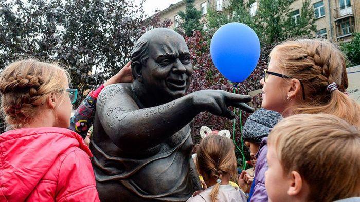 Открытие нового памятника Евгению Леонову в образе Доцента, 2016 год. / Фото: www.pikabu.ru