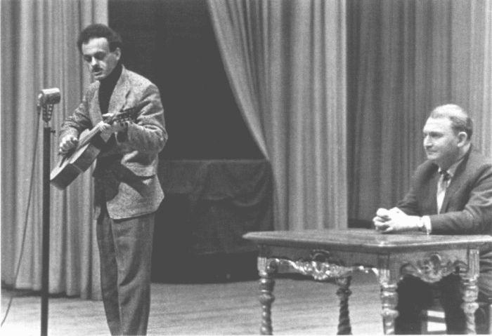 Булат Окуджава и Борис Слуцкий. 1960-е гг. / Фото: www.rubooks.org