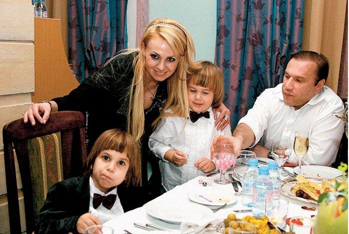 Яна Рудковская и Виктор Батурин с сыновьями. / Фото: www.interesnoznat.com