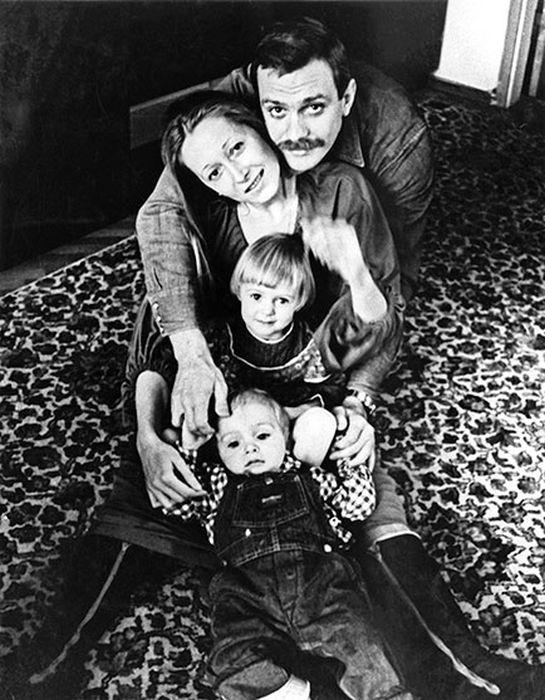 Тема и Аня с родителями. / Фото: www.rutlib2.com