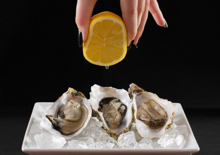 Устрицы с лимонным соком обязательно нужно попробовать. / Фото: www.wmj.ru
