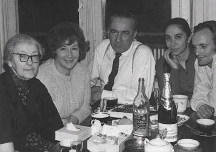 Людмила Маратова (вторая слева). / Фото: www.vmuseum.ru