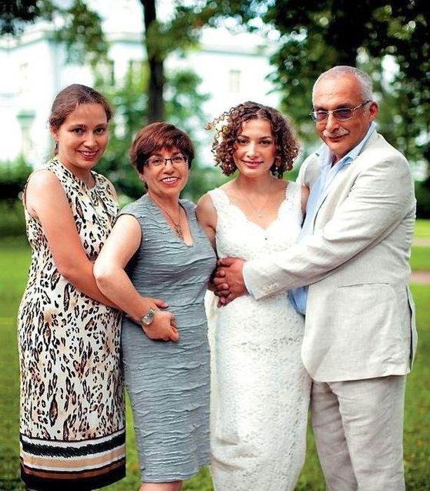 Александр Друзь с женой и дочерьми. / Фото: www.syl.ru