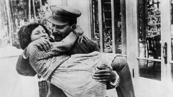 Светлана Сталина с отцом. / Фото: www.proza.ru