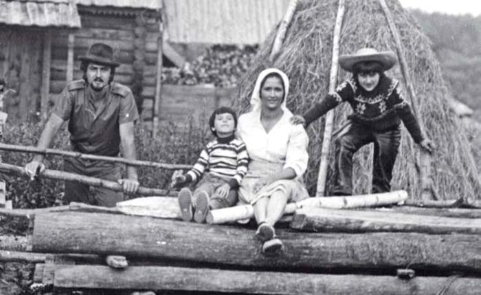 Зинаида Кириенко с мужем и сыновьями. / Фото: www.interviewmg.ru