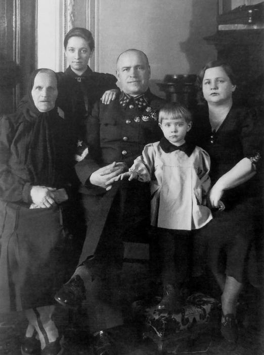 Георгий Жуков с матерью Устиньей Артемьевной, женой Александрой и дочерьми Эрой и Эллой. / Фото: www.waralbum.ru