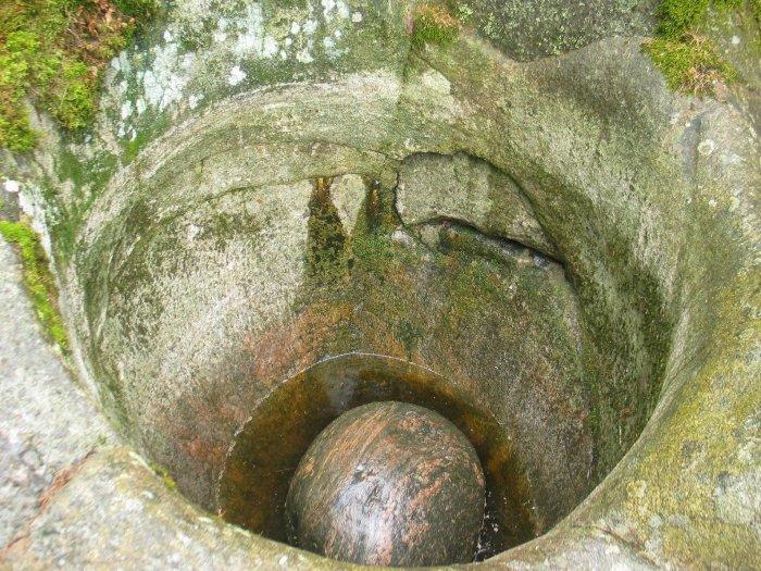 Исполинский котел с круглым камнем на дне. / Фото: www.codeman.fi