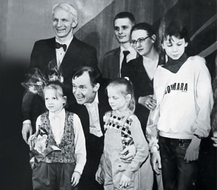 Владимир Носик с женой Еленой Зиничевой, детьми Дашей,  Катей, Тимофеем (крайний справа), племянником Александром и братом Валерием. / Фото: www.goodhouse.ru