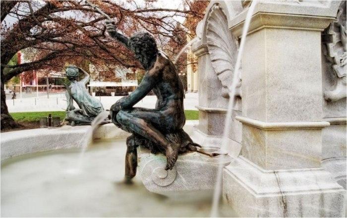 Скульптура, изображающая Посейдона, в центре фонтана. / Фото: www.userapi.com