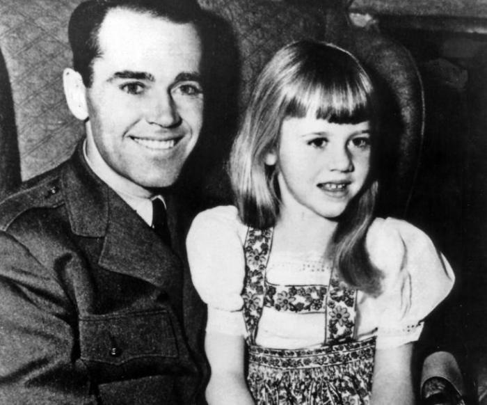 Джейн Фонда в 1943 году вместе с отцом Генри Фонда.  / Фото: www.francesoir.fr