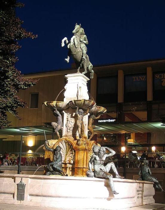 Фонтан Леопольда в вечернем освещении. / Фото: www.nevozhay.com