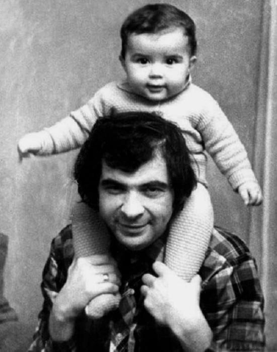 Илья Олейников с сыном. / Фото: www.dalaaadno.ru