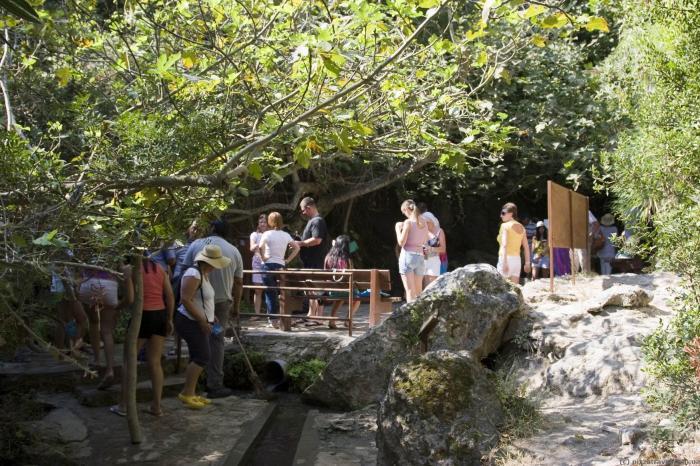 Возле купальни обычно довольно многолюдно. / Фото: www.pizzatravel.com.ua