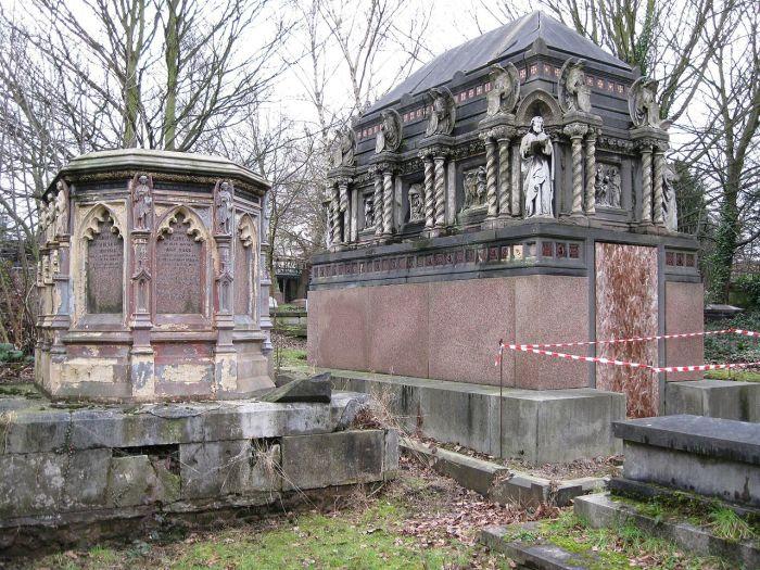 Западный Норвуд. Железный памятник Грисселлу слева, гранитно-известняковый мавзолей Александра Беренса Е. М. Барри справа. / Фото: www.wikipedia.org