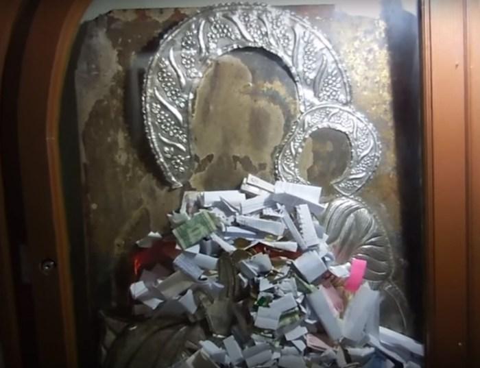 Записки-желания под стеклом иконы. / Фото: www.youtube.com