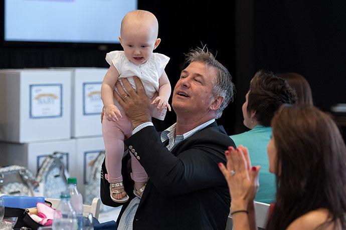 Алек Болдуин с дочерью Кармен. / Фото: www.blognews.am
