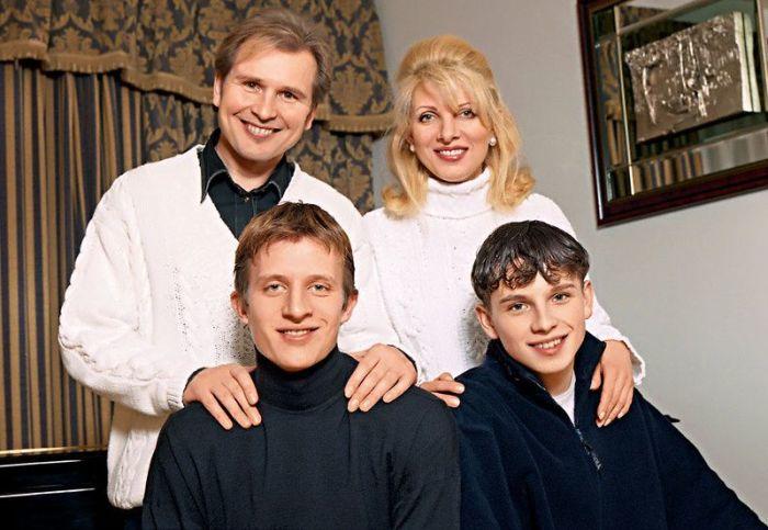 С сыновьями Никитой и Антоном. / Фото: www.seven-days.ru