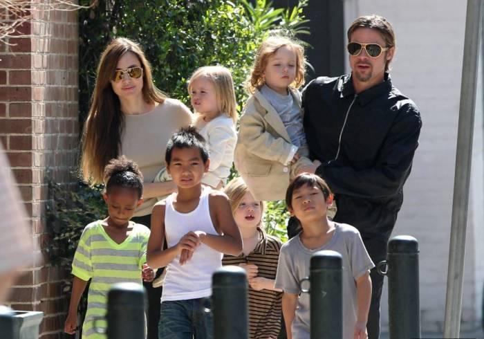 Анджелина Джоли и Брэд Питт с детьми. / Фото: www.mtdata.ru