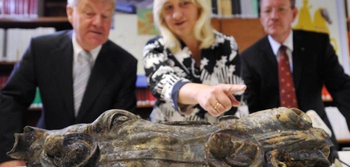Ученые представляют найденный артефакт комиссии. / Фото: www.welt.de