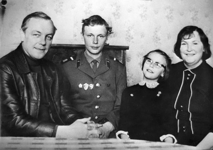 Кирилл Лавров с женой Валентиной Николаевой, сыном Сергеем и дочкой Машей. /  Фото: www.kino-teatr.ru