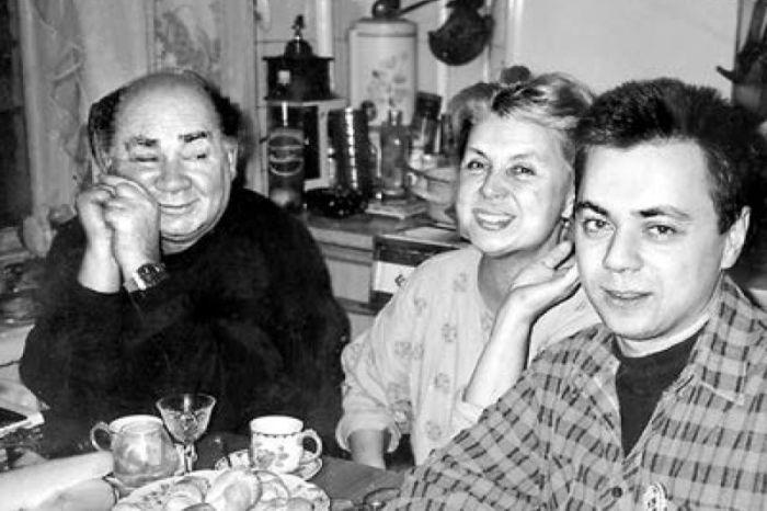 Евгений Леонов и Ванда Стойлова с сыном. / Фото: www.moiarussia.ru