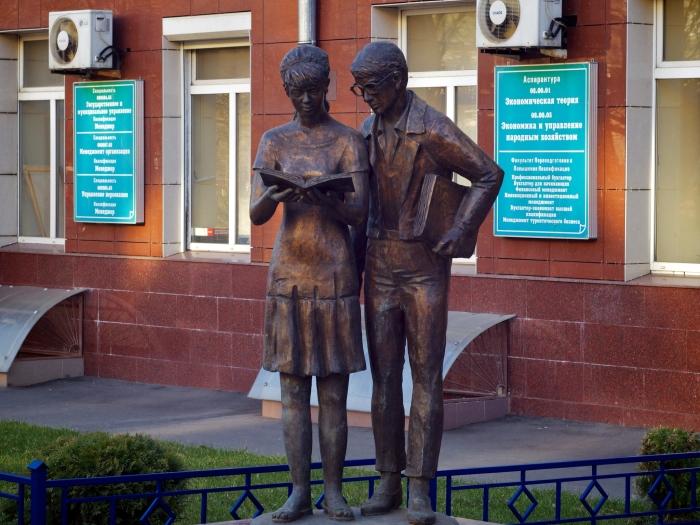 Памятник Шурику и Лиде в Москве. / Фото: www.life-is-beautiful.ru