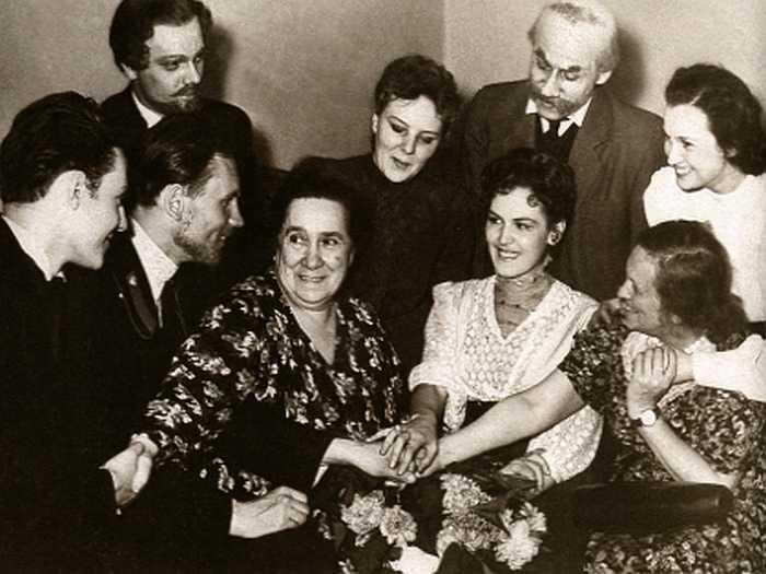 Студенты Щепкинского училища, в том числе Юрий Соломин и его супруга, на репетиции «Чайки» с Верой Пашенной. / Фото: семейный архив