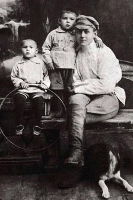 Михаил Глузский (в центре) в детстве.  / Фото: www.ekogradmoscow.ru