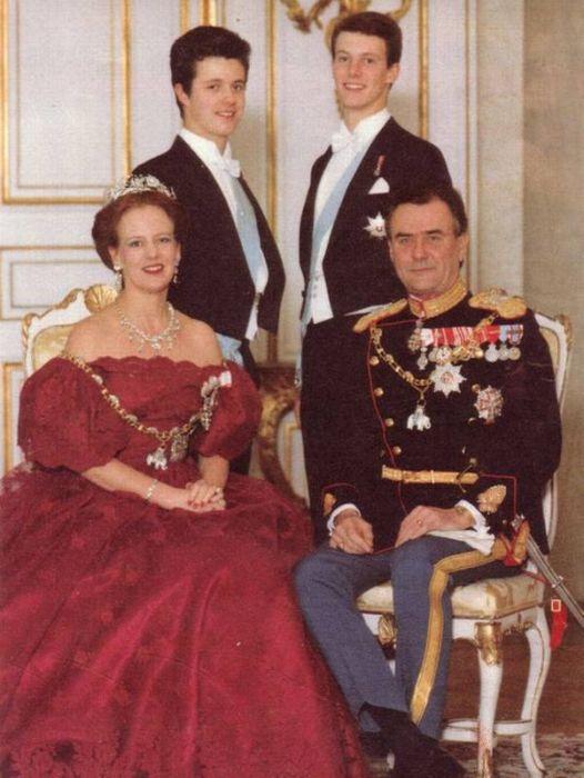 Королева Дании Маргарете II и принц Хенрик c  сыновьями. / Фото: www.pinimg.com