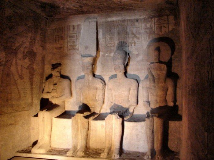 Статуи Птаха, Амона, обожествленного Рамсеса II и Ра-Хорахте. / Фото: www.studfiles.net