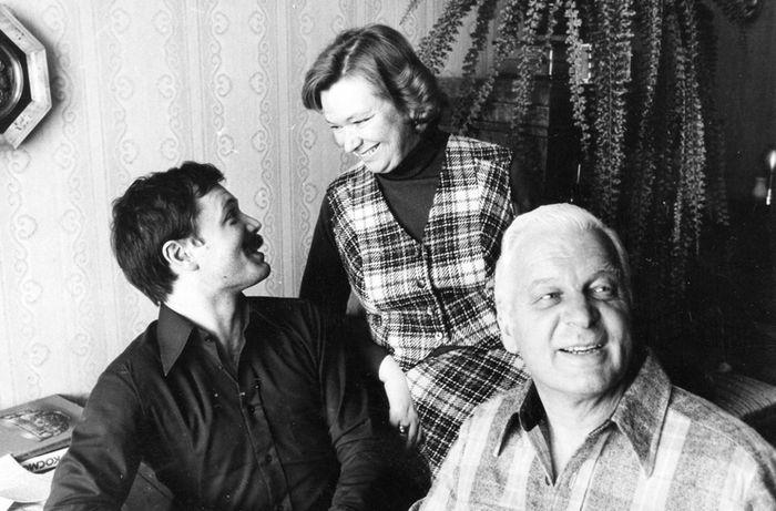 Нина Меньшикова и Станислав Ростоцкий с сыном Андреем. / Фото: www.bugrenok.ru