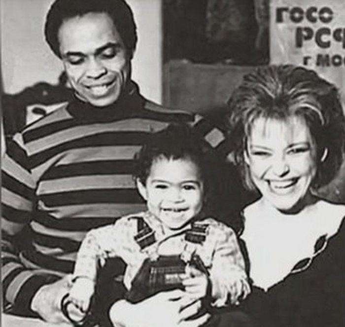 Ирина Понаровская и Вейланд Родд с приемной дочерью. / Фото: www.1tv.ru