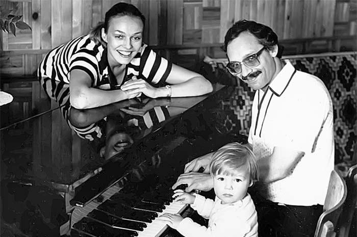 Наталья Андрейченко и Максим Дунаевский с сыном. / Фото: www.stuki-druki.com