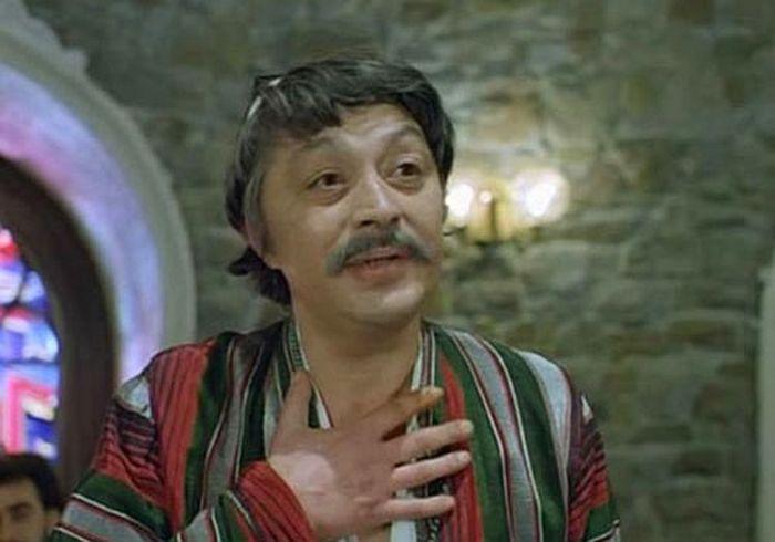 Руслан Ахметов, кадр из фильма «На Дерибасовской хорошая погода, или На Брайтон-Бич опять идут дожди». / Фото: www.kino-teatr.ru