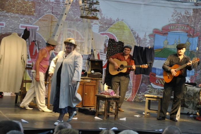 «Песни нашего двора» - уникальный спектакль, в котором воссоздана атмосфера в старом дворике. / Фото: www.photofile.ru