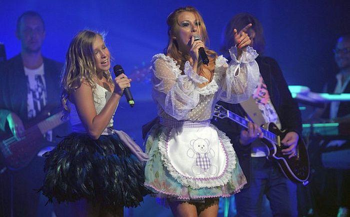 Алёна Апина с дочерью Ксенией на сцене. / Фото: www.hsmedia.ru