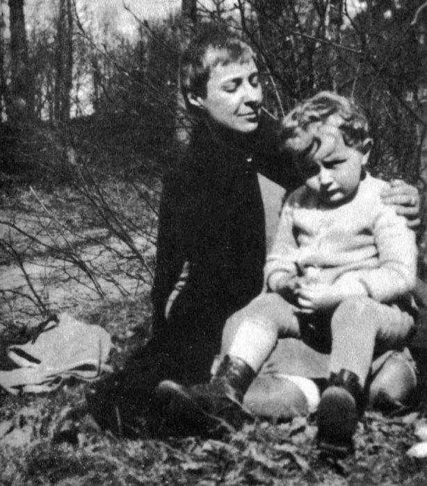 Марина Цветаева с сыном. / Фото: www.istihi.ru