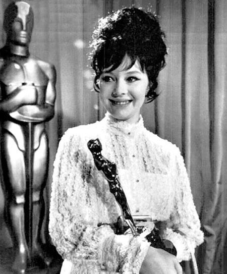 Людмила Савельева получает «Оскар». / Фото: www.aloha-plus.ru
