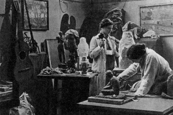 В. Мухина и И. Бурмейстер в парижской мастерской. 1914 г. / Фото: www.4itaem.com