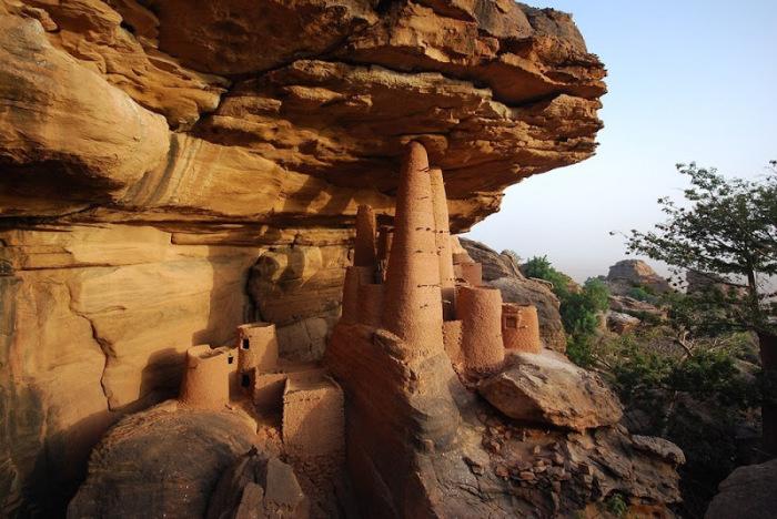 Уникальные строения прямо на обрывистой скале. / Фото: www.for-the-road.com