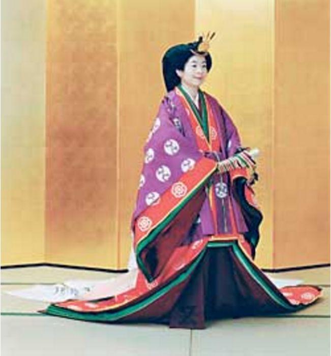 Принцесса Саяко в традиционном придворном кимоно из 12 слоев незадолго до свадьбы. / Фото: Reuters