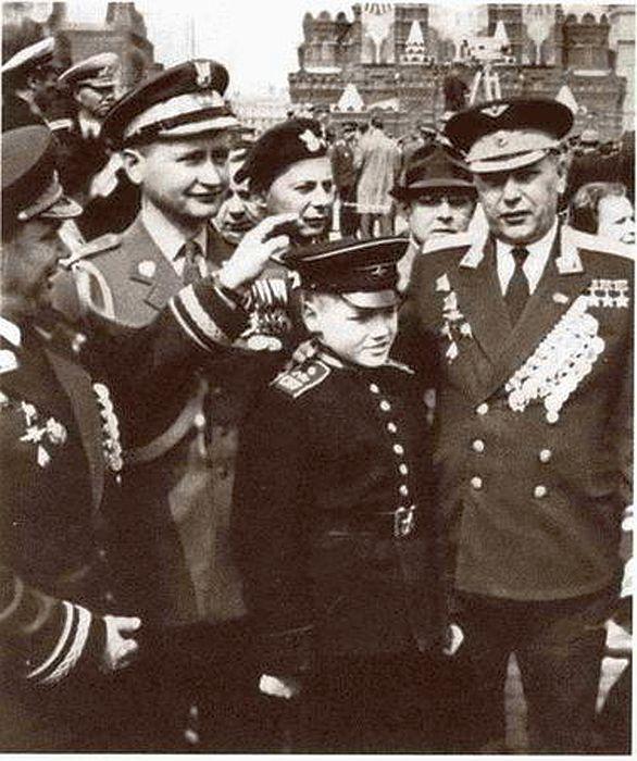 И.Н. Кожедуб и А.Н. Покрышкин с министром обороны Польши маршалом В. Ярузельским. В центре - сын Кожедуба Никита. 1 мая 1966 г. / Фото: www.profilib.net