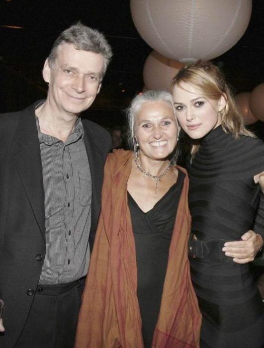 Кира Найтли с родителями.  / Фото: www.starschanges.com